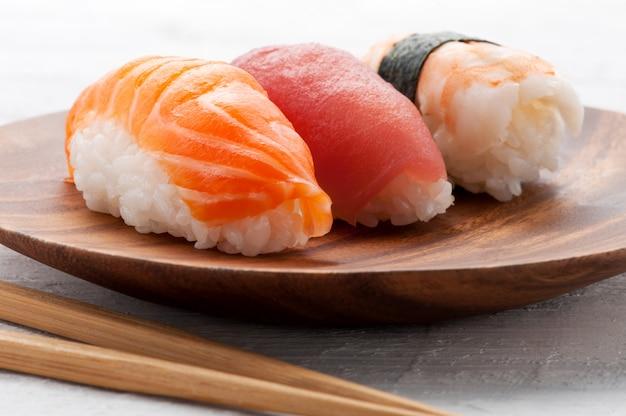 Três sushi nighiri diferentes