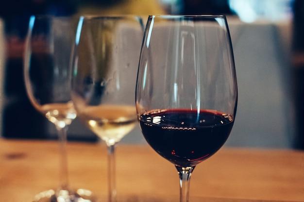 Três taças com vinho para degustação