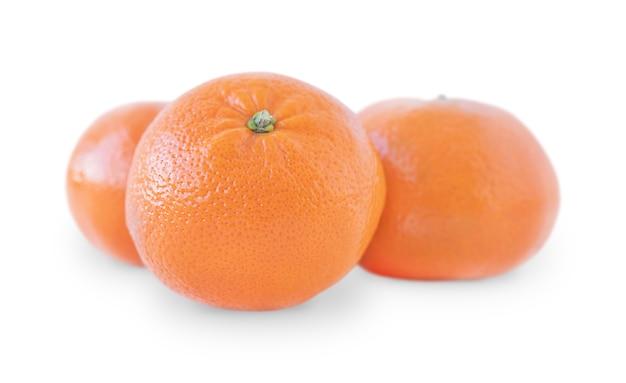 Três tangerinas isoladas em um fundo branco