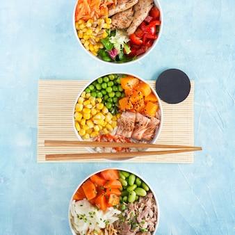 Três tigelas de salmão inflamado com proteína vegana de porco puxado com macarrão de arroz heura alternativo