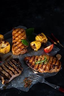 Três tipos, de, grelhados, carnes, com, legumes, e, temperos, ligado, papel