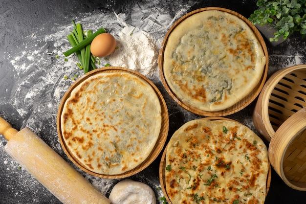 Três tipos de pão achatado de trigo ázimo clássico com ervas e queijo feito de farinha, ovos, cebola e água.