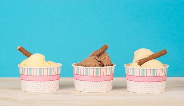 Três tipos de sorvete caseiro em copos de papel