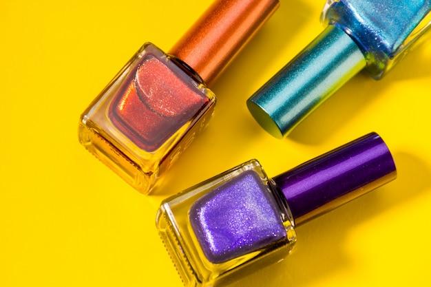 Três tipos diferentes de unhas pintadas