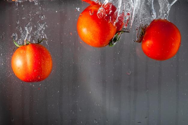 Três, tomates, jogado, água