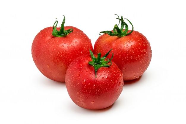 Três tomates maduros isolados