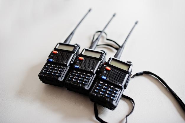 Três transmissores de rádio portáteis
