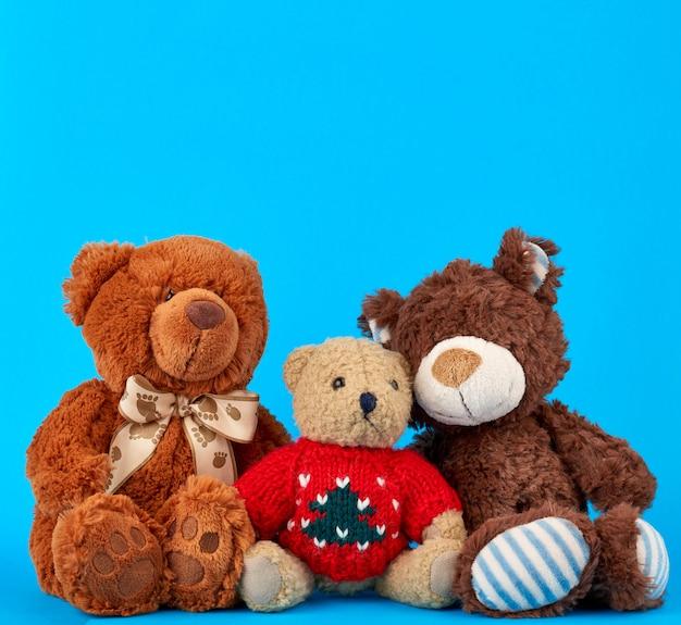 Três ursos de pelúcia em um fundo azul, conceito de amizade