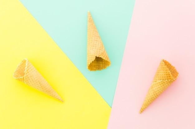 Três, vazio, waffle, cones, ligado, tabela