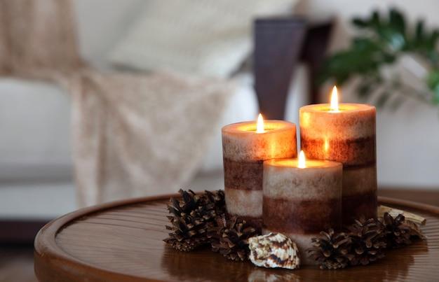 Três velas acesas. decoração de casa. decoração de sala de estar.