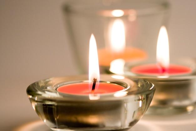 Três velas flamejantes closeup