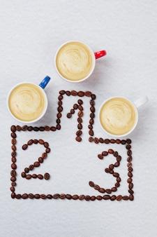 Três xícaras de café em pedestal olímpico
