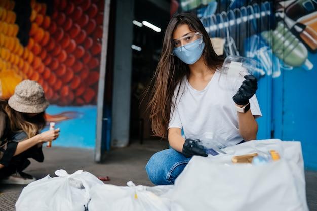 Triagem de lixo jovem. conceito de reciclagem. desperdício zero