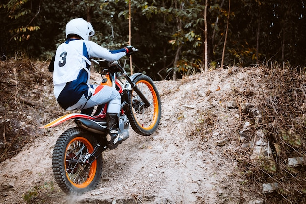 Trials motocicleta enquanto competição em selvagem