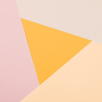 Triângulo amarelo com papel colorido plano geométrico fundo