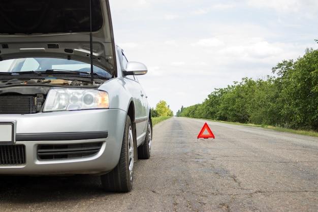 Triângulo vermelho de um carro na estrada.