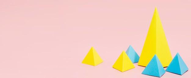 Triângulos de papel conceito com cópia-espaço