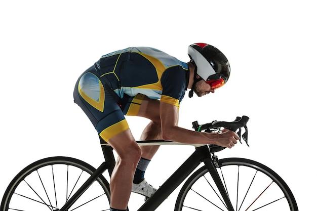 Triatlo atleta masculino, treino de ciclismo isolado no branco