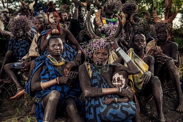 Tribo surmi com trajes tradicionais suri ou surma vivem no parque nacional omo valley omo da etiópia