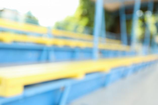 Tribunas no campo de futebol aberto, fundo desfocado