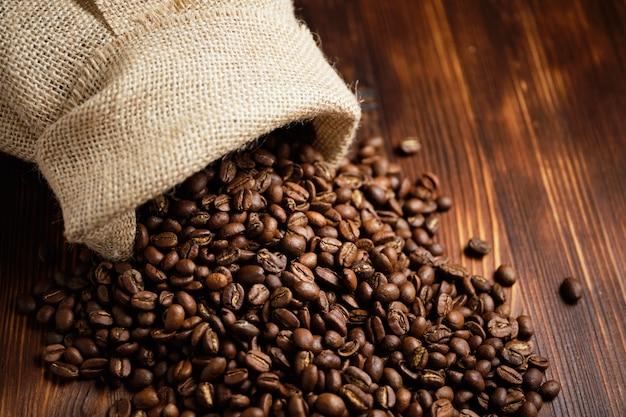 Tricotou um saco grande de grãos de café