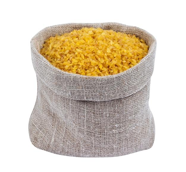 Trigo de bulgur seco no saco isolado no branco