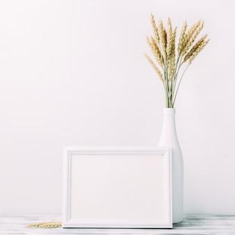 Trigo maduro e moldura de madeira vazia