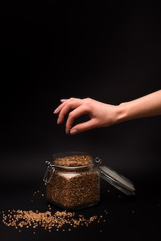 Trigo mourisco com uma mão