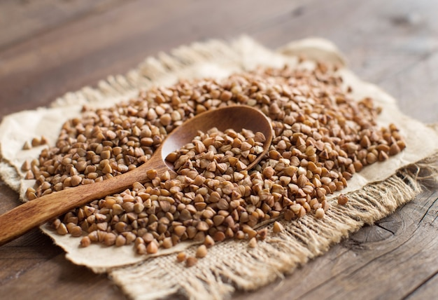 Trigo mourisco e uma colher em uma mesa de madeira