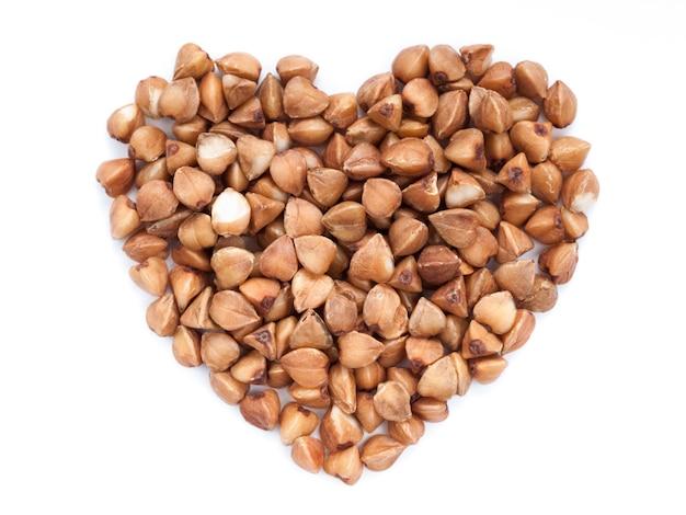 Trigo mourisco em forma de coração isolado