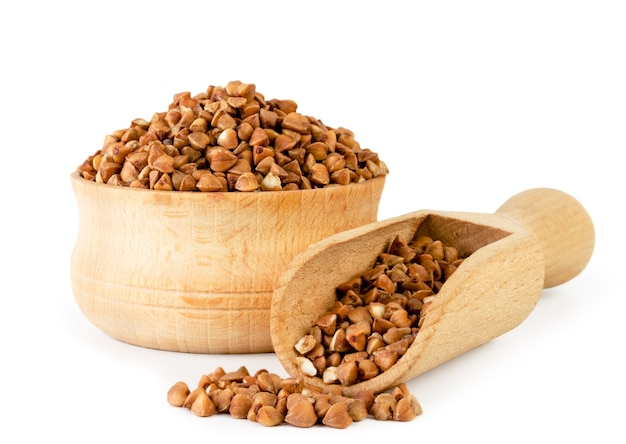 Trigo mourisco em placa de madeira e colher isolado