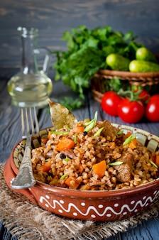 Trigo sarraceno com carne e legumes