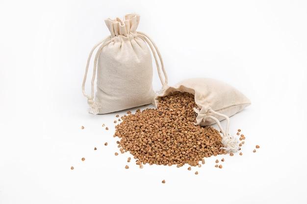 Trigo sarraceno cru em um saco de linho ou juta em um espaço em branco.