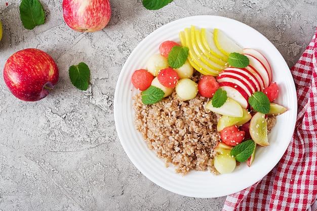 Trigo sarraceno ou mingau com melão fresco, melancia, maçã e pêra.
