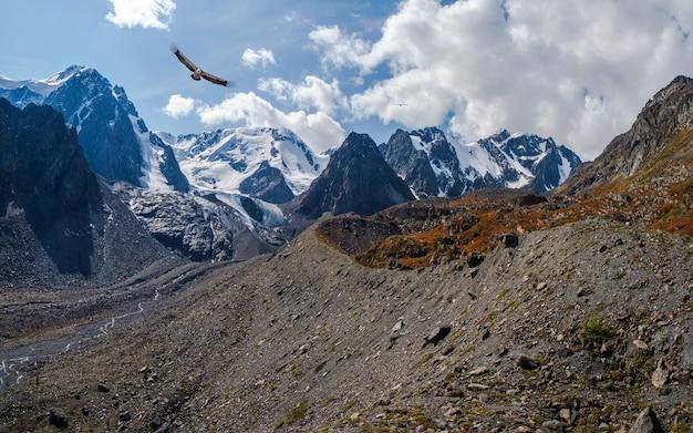 Trilha ao longo da crista da montanha, uma encosta íngreme.