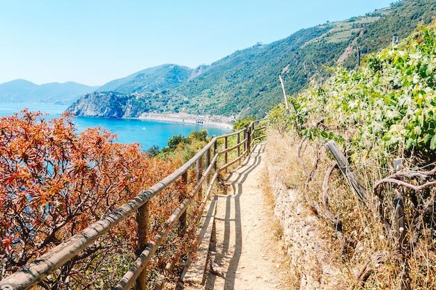 Trilha azure é a trilha mais simples, mais famosa e mais visitada de todas as cinque terre
