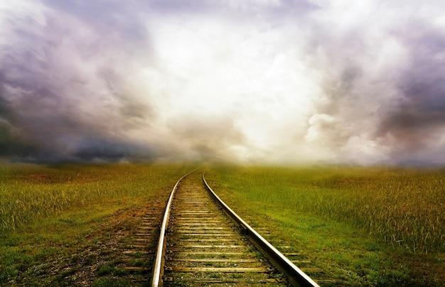 Trilha da estrada de ferro com vista natural