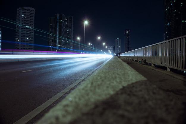 Trilha da luz da estrada da noite