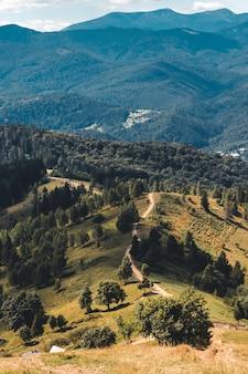 Trilha da montanha solitária no cume