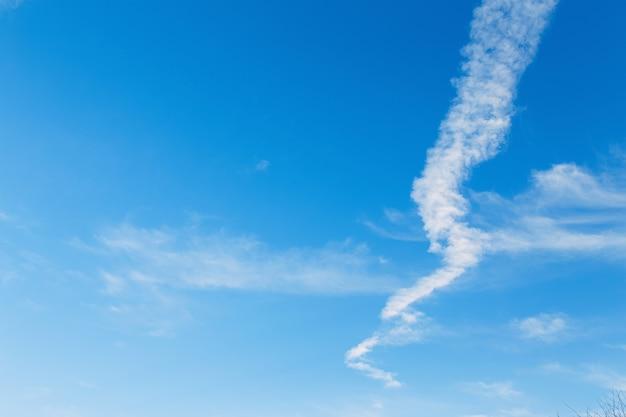 Trilha de avião no céu azul. fundo celestial.