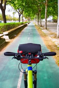 Trilha de bicicleta de sevilha ao longo da cidade na andaluzia espanha