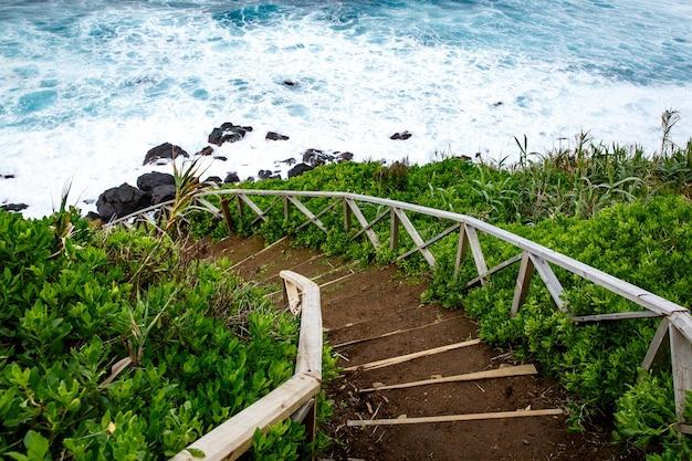 Trilha de caminhada à beira-mar, escada com corrimão
