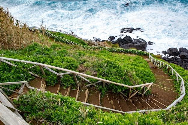 Trilha de caminhada à beira-mar