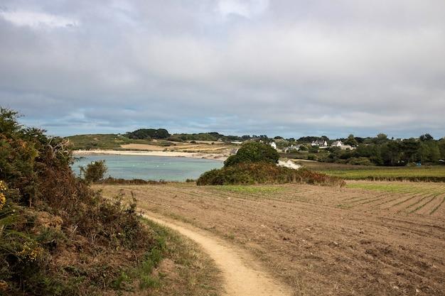 Trilha de caminhada entre a terra e o mar na bretanha