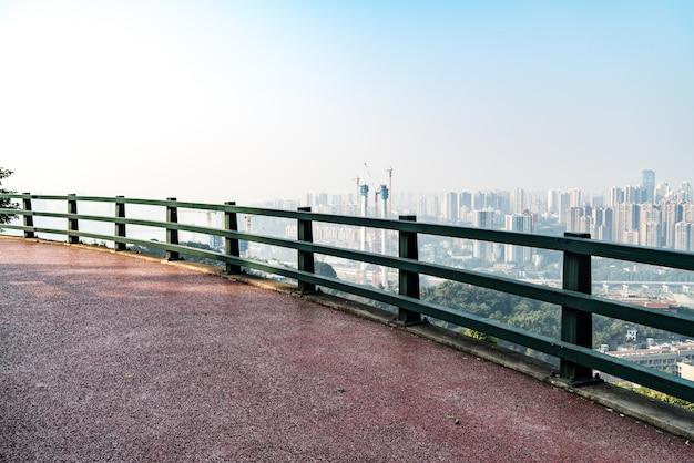 Trilha de fitness e horizonte da cidade em chongqing, china