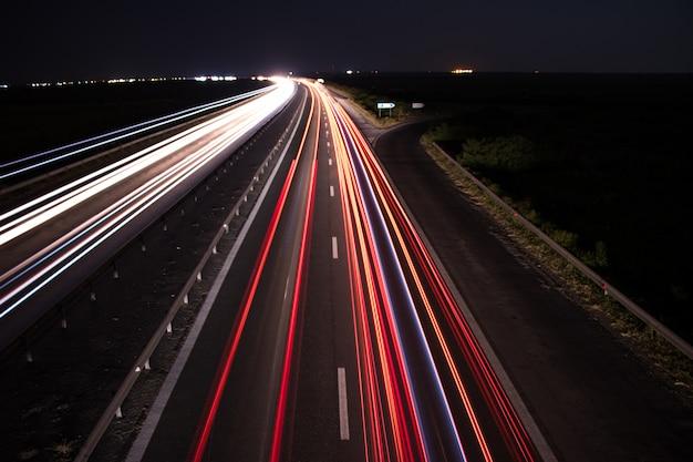 Trilha de luz noturna na rodovia