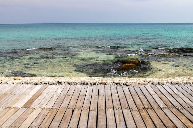 Trilha de madeira ponte do passeio à beira-mar praias com fundo de verão céu azul