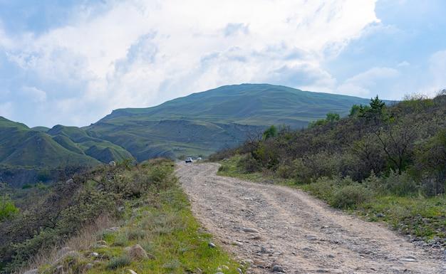 Trilha de montanha ao longo da qual os carros andam