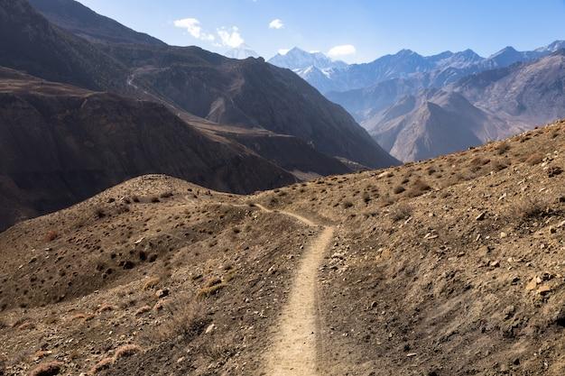 Trilha de montanha no himalaia, mustang nepal