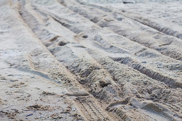 Trilha de roda na praia.